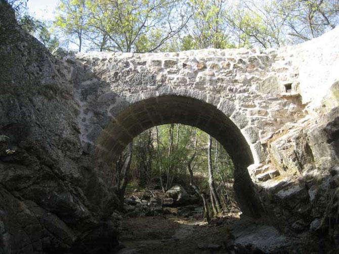 Puente Cal y Canto en la ruta hacia la finca de Riosequillo